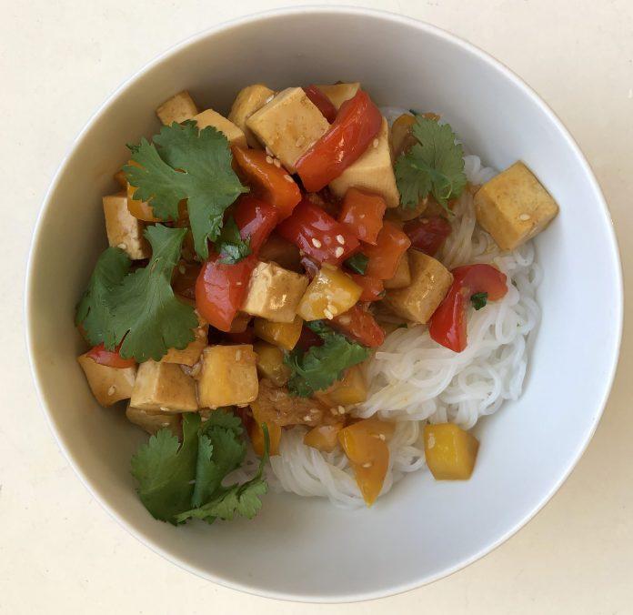 Sauté de tofu collant au sésame et au gingembre