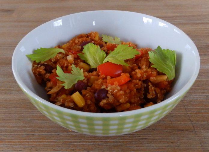 Un chili de quinoa, haricots, maïs, poivron, tomates en dés et ail.
