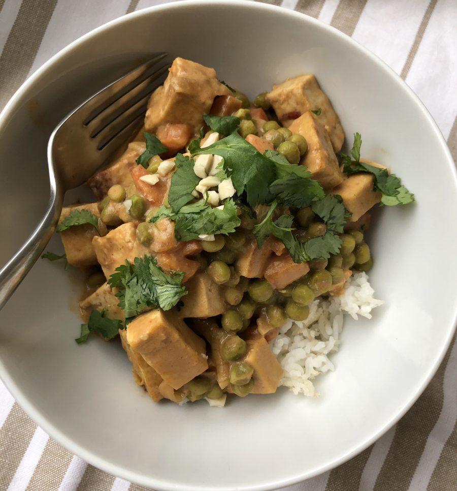 Tofu aux légumes et à la sauce aux arachides