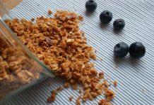 Granola à base d´amandes, d´avoine, de noix, de noix de coco et de graines de tournesol. Sucré au sirop d´érable et légèrement épicé (vanille, cannelle).
