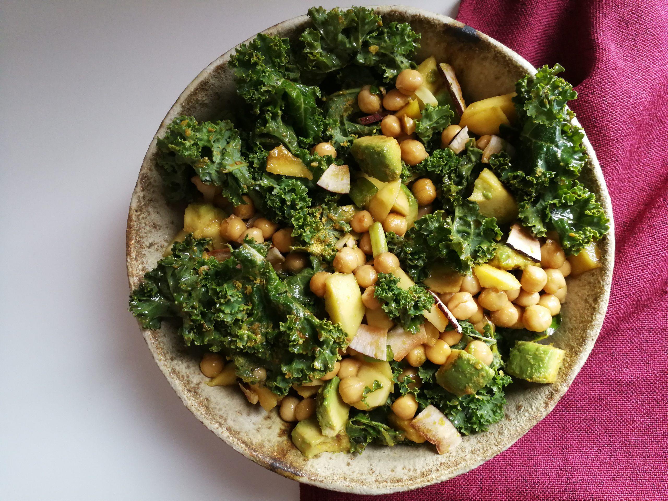 Salade au chou kale, à la mangue et aux pois chiches